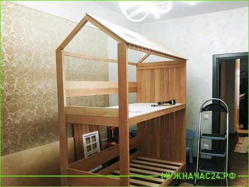 Мастер собирает детскую кровать на дому