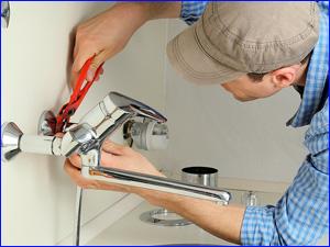 Сантехник ремонтирует смеситель на дому
