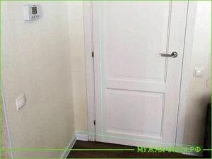 Белая установленная дверь по уровню в комнату