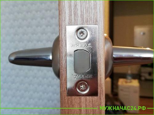 Результат установки замка и ручки на межкомнатную дверь