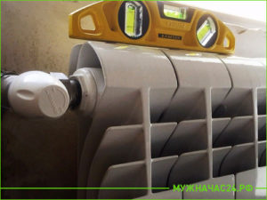 Установка радиатора отопления по уровню