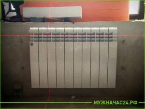 Выравнивание крепления для установки батареи по уровню