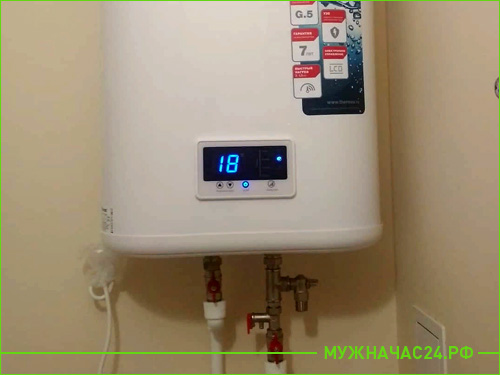 Установленный накопительный водонагреватель в квартире