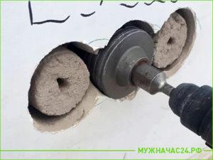 Процесс сверления стены под розетки