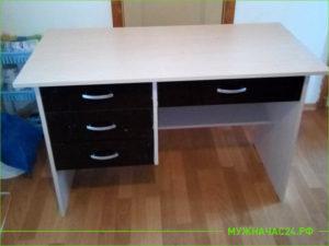 Собранный бежевый стол письменный