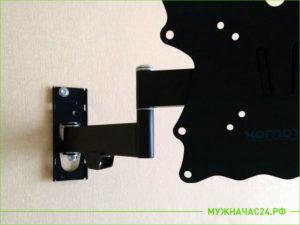 Установленная подставка на стене под ТВ